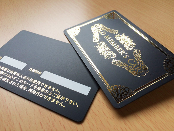 シックなマットブラック仕上げの特別なカード。