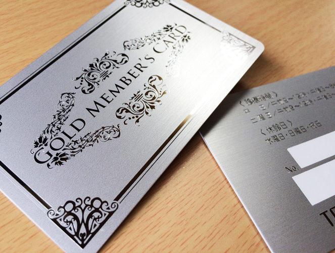 金属を模したヘアライン仕上げの特別なカード。
